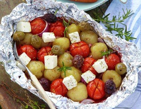 Grillet potetsalat med fetaost og cherrytomater i aluminiumsfolie
