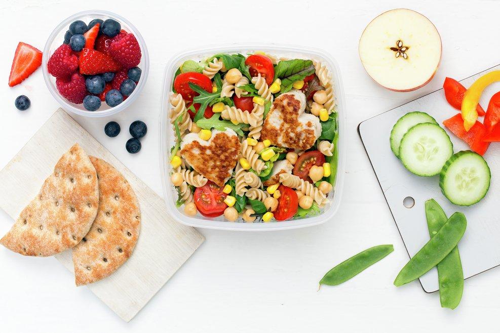 Matboks med fiskekaker og pastasalat, grønnsaker og bær