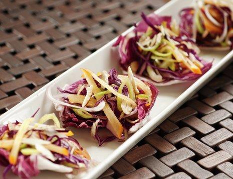 Oppskriftsbilde av rødkålsalat med sharon servert på hvitt fat.