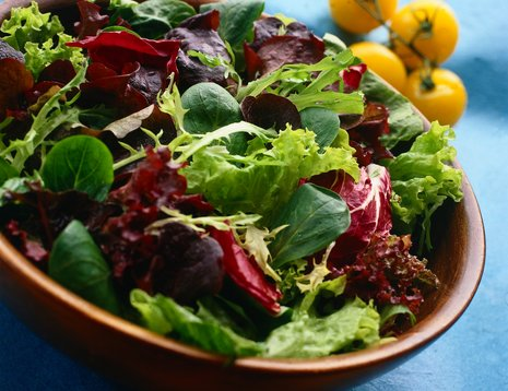 Miljøbilde av mesclun salat i trebolle.