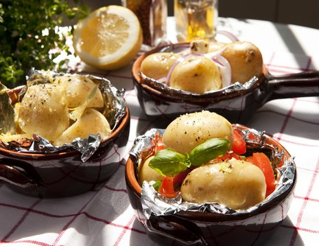 Foliebakte poteter servert i keramiske boller