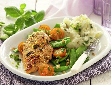 Hvit middagstallerken med kylling og potetmos