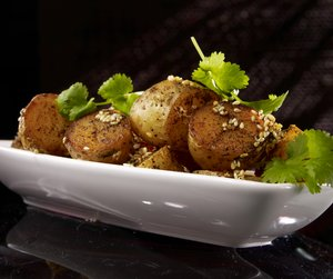 Ovnsbakte poteter på hvitt fat