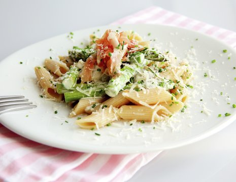 Pasta med asparges på hvit tallerken