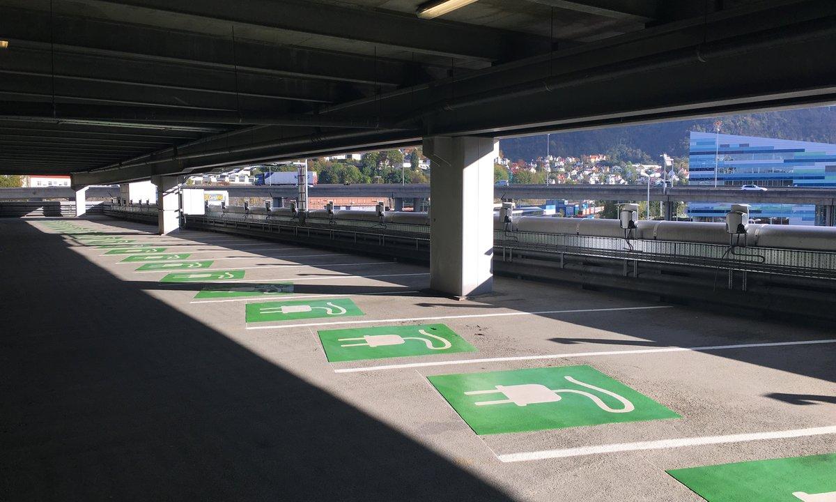 Ny rapport: Ikke økt brannrisiko i parkeringshus ved elbillading