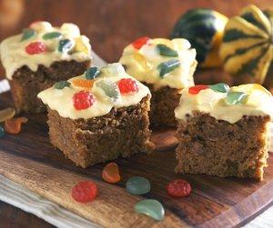 Oppskriftsbilde av gresskarkake pyntet med glasur og vingummi-godteri