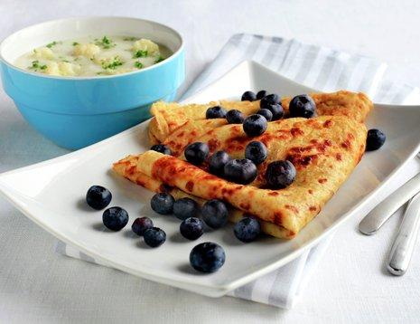 To grove pannekaker med blåbær og skål med blomkålsuppe