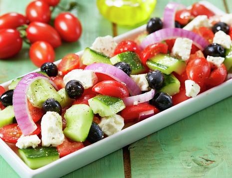 Oppskriftsbilde av gresk salat med løk, oliven, fetaost, tomat og agurk.