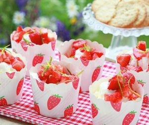 Limemarinerte jordbær med vaniljeis i søte pappbeger