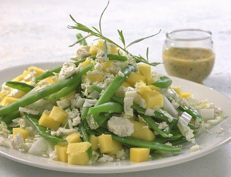 Kinakålsalat med mango på hvit tallerken