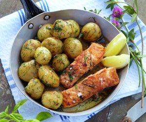 Surr de kokte nypotetene i panne og vend dem i hakket dill. Kjempegodt til fisk.