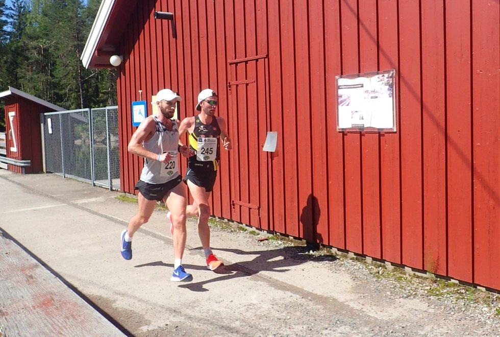 Hans Chr. Aarnes (t.v) kom på andreplass i Nordmarka Skogsmaraton 2019. Her sammen med Eirik Gundersen.