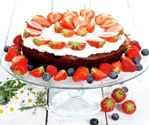 Sjokoladekake med bær på stettefat