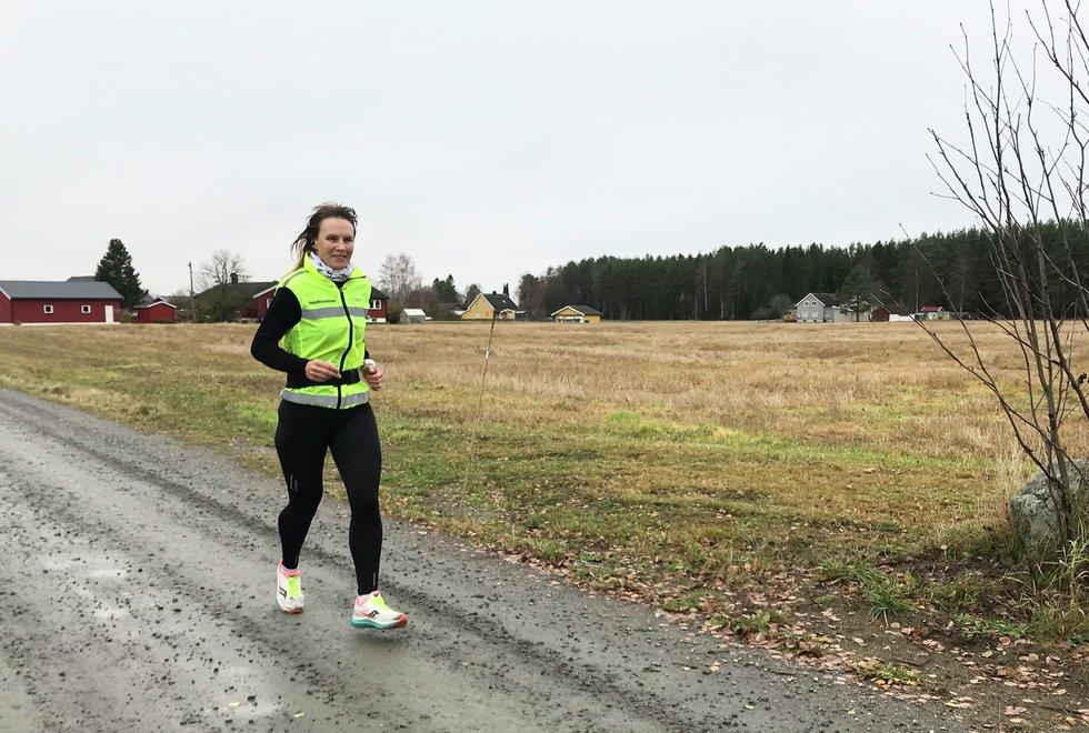 Hilde Johansen var primus motor for Kondistreninga Årnes sin løpelørdag på Årnes i slutten av oktober. Da kunne de som ønsket det komme og løpe en distanse i Kondisløpet og få servert både kaker og pizza på matstasjonen. De som ikke var med i Kondisløpet, var velkomne de også. (Foto: Marianne Røhme)