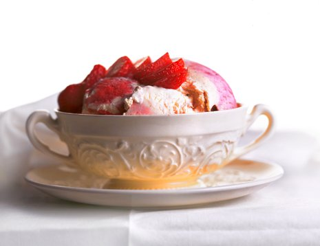 Jordbærsorbet i hvit kopp