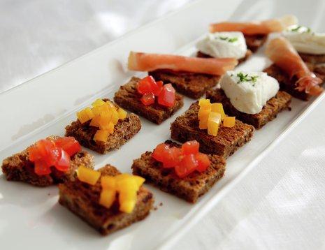 Tapas - grovt brød med paprika, tomat og mozzarella