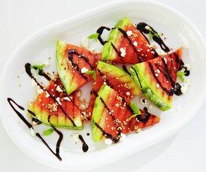 Grillet vannmelon med balsamico på hvit asjett