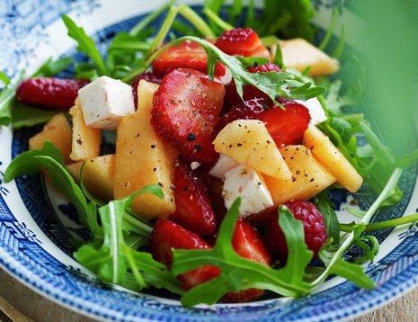 Jordbærsalat på blå asjett
