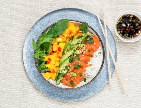 Bolle med mango, avokado, vårløk, sushiris og laks