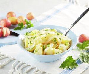 Potetsalat med løk i sursøt saus