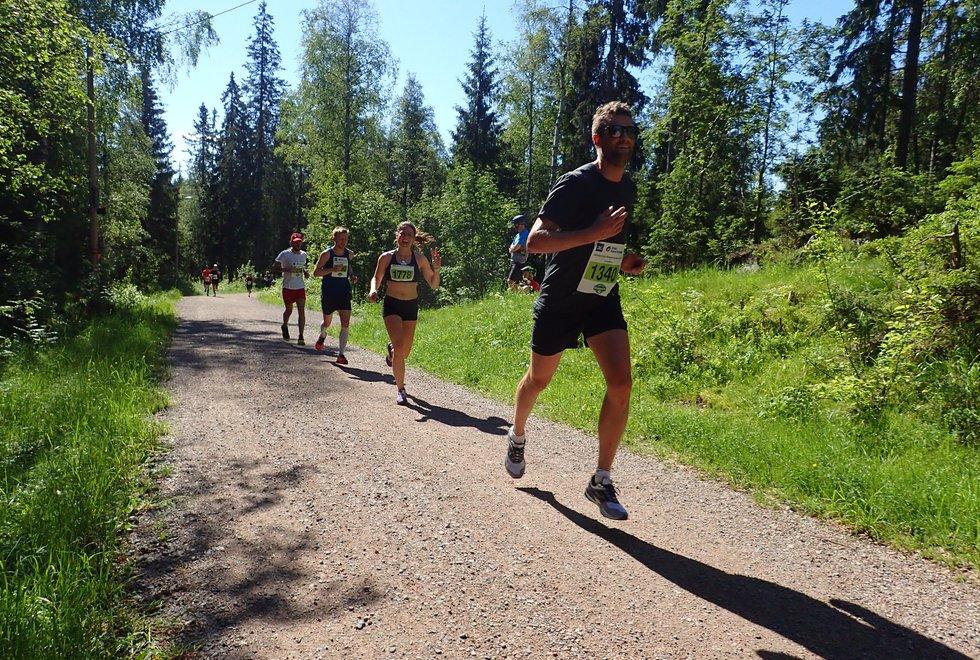 Torbjørn Sortland foran Adele Flakke Johannessen som ble andre beste kvinne på halvmaraton under Nordmarka Skogsmaraton 2019
