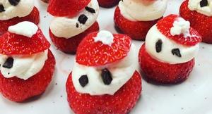 Julenisser laget av jordbær og krem