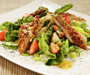 Oppskriftsbilde av salat med asparges, poteter, makrell og jordbær servert på hvit tallerken.
