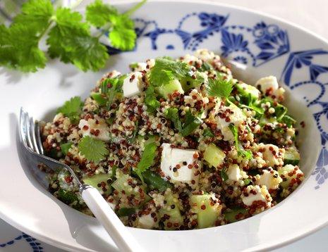 Oppskriftsbilde av quinoasalat med frisk koriander og bønner servert i dyp tallerken.