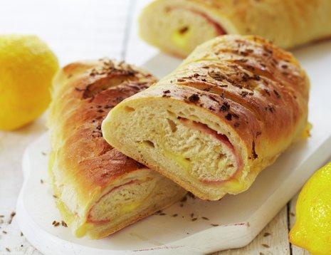 Sitronbrød med ost og skinke på hvit fjøl