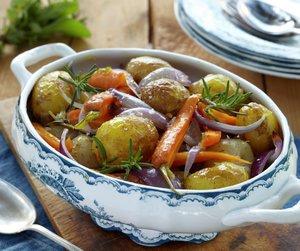 Ovnsbakt potetsalat med gulrøtter og rødløk.