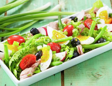 Oppskriftsbilde av salat nicoise med egg, tomat, reddik, oliven og tunfisk.