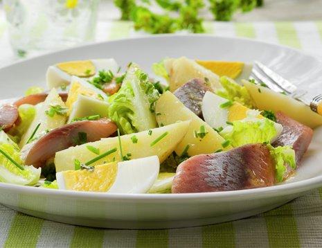 Fisk, egg og poteter på hvit asjett