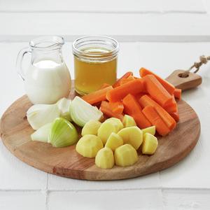 Ingredienser til gulrotsuppe på fjøl. Del av trinn for trinn.