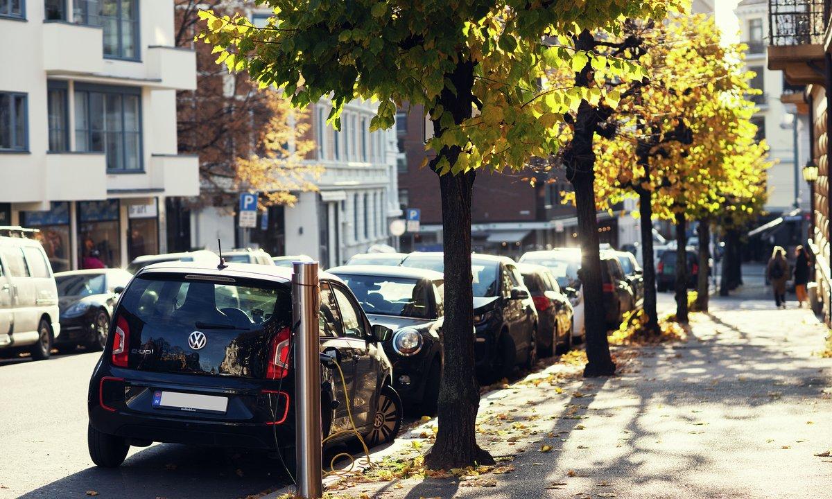 Bilsalget går kraftig ned – elbilandelen fortsatt på 50 prosent