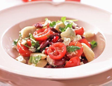Tomat- og bønnesalat på hvit tallerken