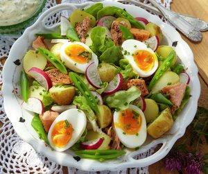 Potetsalat med aspargesbønner, reddiker og egg. God sommermat.