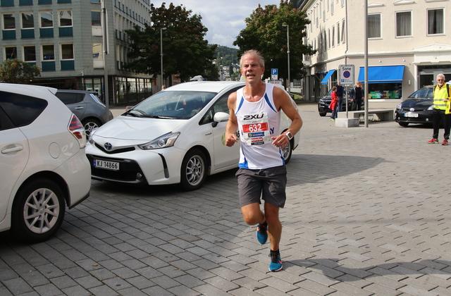 cec63010 Jon Ilseng på 10km i årets Drammensmaraton Foto: Heming Leira, Kondis