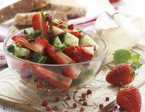 Skål med jordbærsalsa på trefjøl
