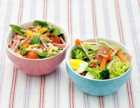 Samlebilde av salat med skinke og avokado og woket salat i to boller.