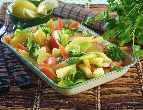 Oppskriftsbilde av bakte grønnsaker servert i et dypt fat.