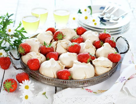 Jordbærmarengs på metallfat på hvitt bord