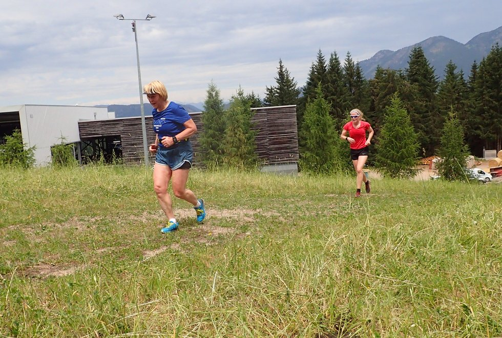 Karin Ørbeck Braathen (foran) og Anne Grethe Lindeberg i Monsterbakken i Cavalese i Val di Fiemme, Dolomittene, Italia
