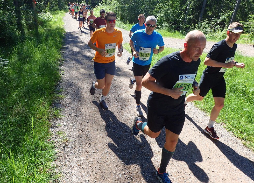 F.v i orange t-skjorte: Eskil Borge Saksvik, Harald Saksvik og Alexander Wiik (foran) i Nordmarka Skogsmaraton 2019