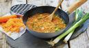 Ta med revne grønnsaker på tur. Lett å lage suppe over bål.