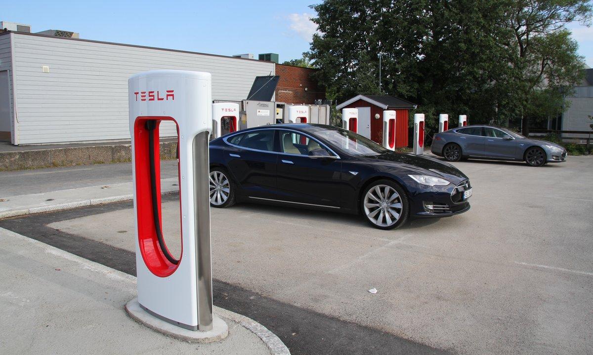 Slik skal Tesla åpne superladerne sine for andre elbileiere