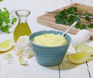 Aioli, som er hvitløkmajones, er et nydelig tilbehør f.eks. til skalldyr og fisk.