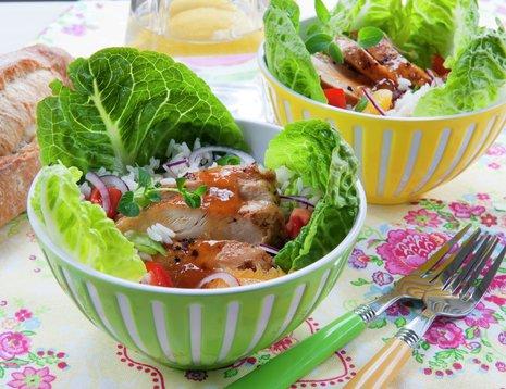To boller med salat på blomstrete duk