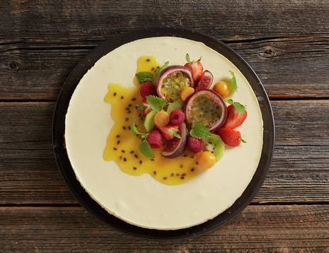 Ostekake med pasjonsfrukt og bær