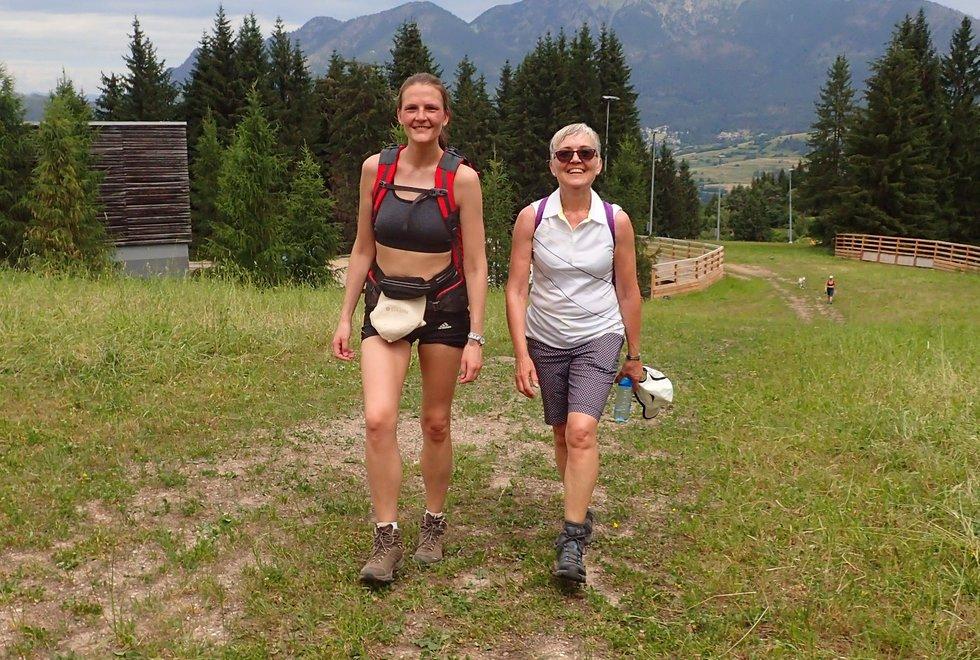F.v: Hanne Ødemark og Hilde Pedersen i Monsterbakken i Cavalese i Val di Fiemme, Dolomittene, Italia