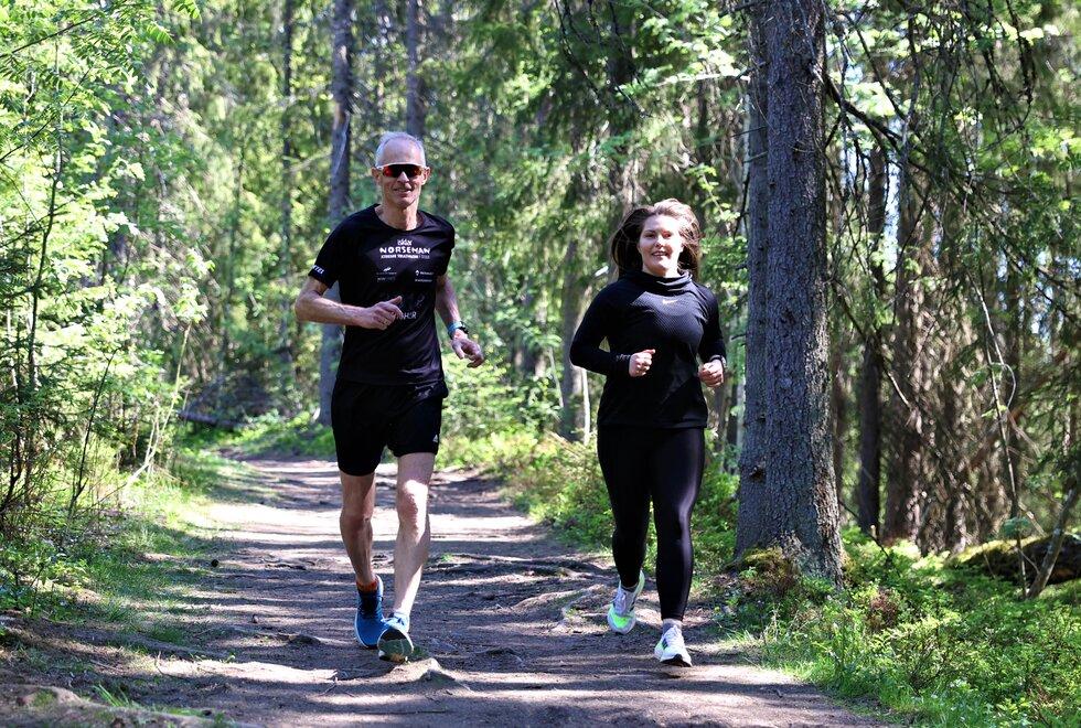 Blir med: Selv om Pål løper vesentlig raskere enn Berna, hender det at han blir med henne på løpeturer. Før de møttes ved Nordbytjernet denne dagen, hadde han løpt tre mil. (Foto: Marianne Røhme)